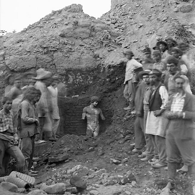 Foto que registra a descoberta da estátua de Antínous, Delphi, Grécia, 1894. Antínous era o amante do imperador romano Adriano. Quando ele morreu, Adriano ficou tão perturbado que espalhou obras de arte do rapaz por todo império e criou até um culto de adoração e uma cidade com seu nome