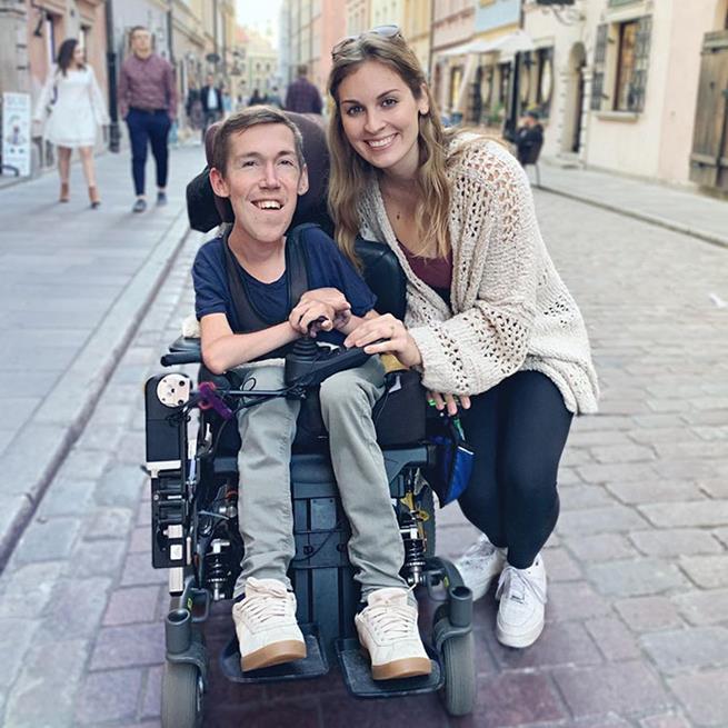 Shane Burcaw, 26, está numa cadeira de rodas desde os 2 anos de idade. Nasceu com atrofia muscular da coluna vertebral, uma condição neuromuscular progressiva que o impede de andar e mover os membros. Basicamente, ele não tem músculos, nunca andou e nunca se desenvolveu como um homem adulto. Esta ao seu lado é Hannah Aylward, sua namorada. Eles possuem um canal no Youtube no qual mostram a rotina e desafios para quebrar o estigma em torno das relações inter-capazes