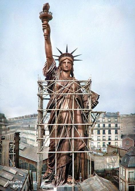 Estátua da Liberdade, em Paris, 1886, antes da oxidação (foto colorida artificialmente)