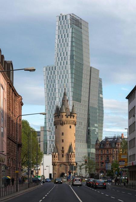 Eschenheimer Turm, o edifício mais antigo e inalterado do distrito de Innenstadt, Frankfurt, Alemanha em primeiro plano. Foi erguido no século XV