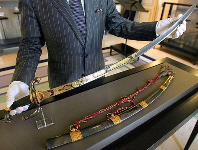No verão de 2007, essa espada incrustada de ouro que pertenceu a Napoleão foi leiloada na França por mais de US$ 6,4 milhões