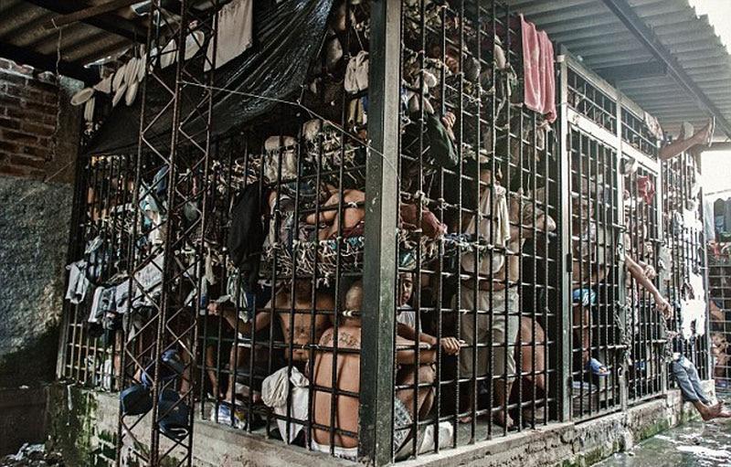 Superlotação em prisão de El Salvador. Distanciamento social é impossível no país com a segunda maior população carcerária per capita depois dos EUA. El Salvador enfrenta a violência das gangues há décadas e suas prisões estão explodindo
