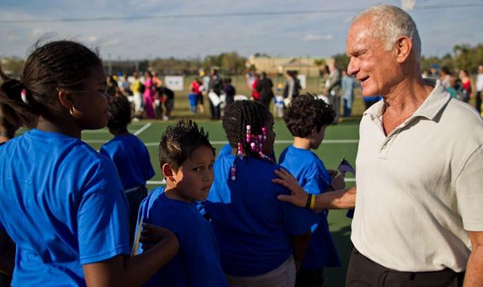 O milionário Harris Rosen adotou um bairro da Flórida chamado Tangelo Park, onde nasceu. Ele conseguiu reduzir a taxa de criminalidade pela metade e aumentou a taxa de participação no ensino médio de 25% para quase 100%, oferecendo creches gratuitas e bolsas de estudo para alunos do ensino médio