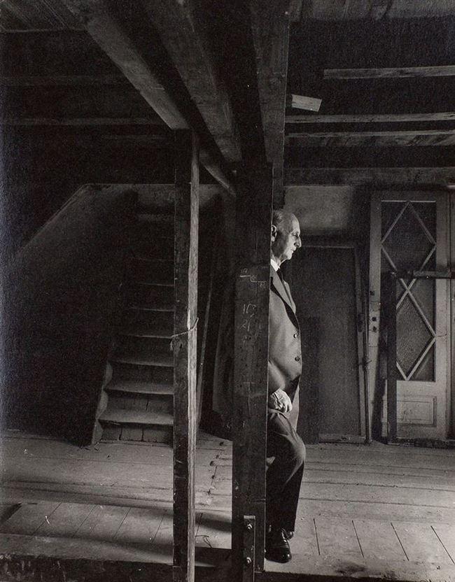 Otto, pai de Anne Frank, revisitando o sótão onde se escondia dos nazistas. Ele era o único membro da família sobrevivente (1960). Para quem não se recorda, sua filha, Anne tornou-se uma das figuras mais discutidas do século XX após a públicação do Diário de Anne Frank, no qual relatava suas experiências enquanto vivia escondida ao longo da ocupação alemã nos Países Baixos, durante a Segunda Guerra Mundial