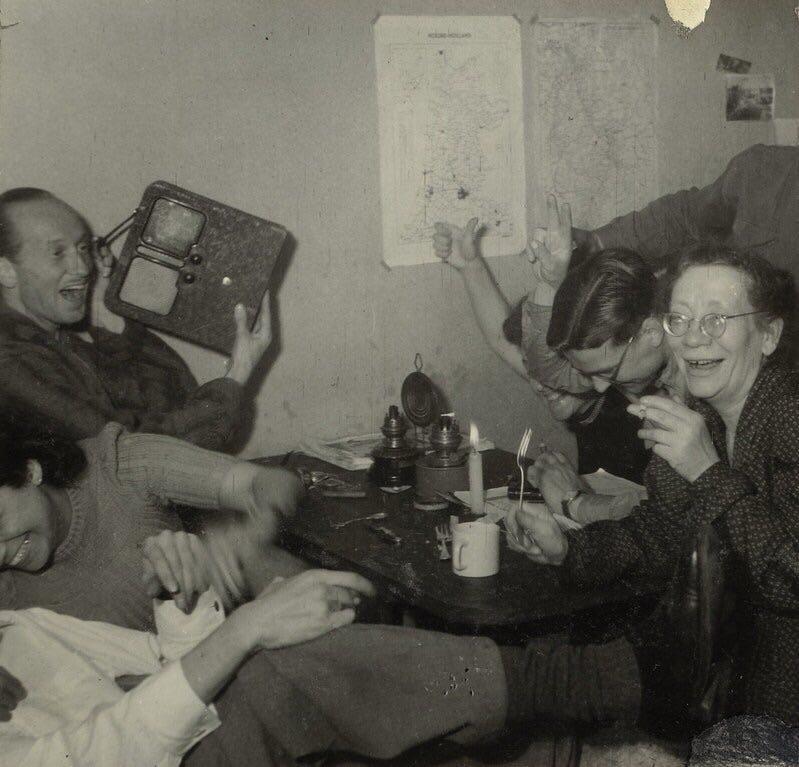 Membros da Resistência Holandesa comemorando a notícia da morte de Adolf Hitler, abril de 1945