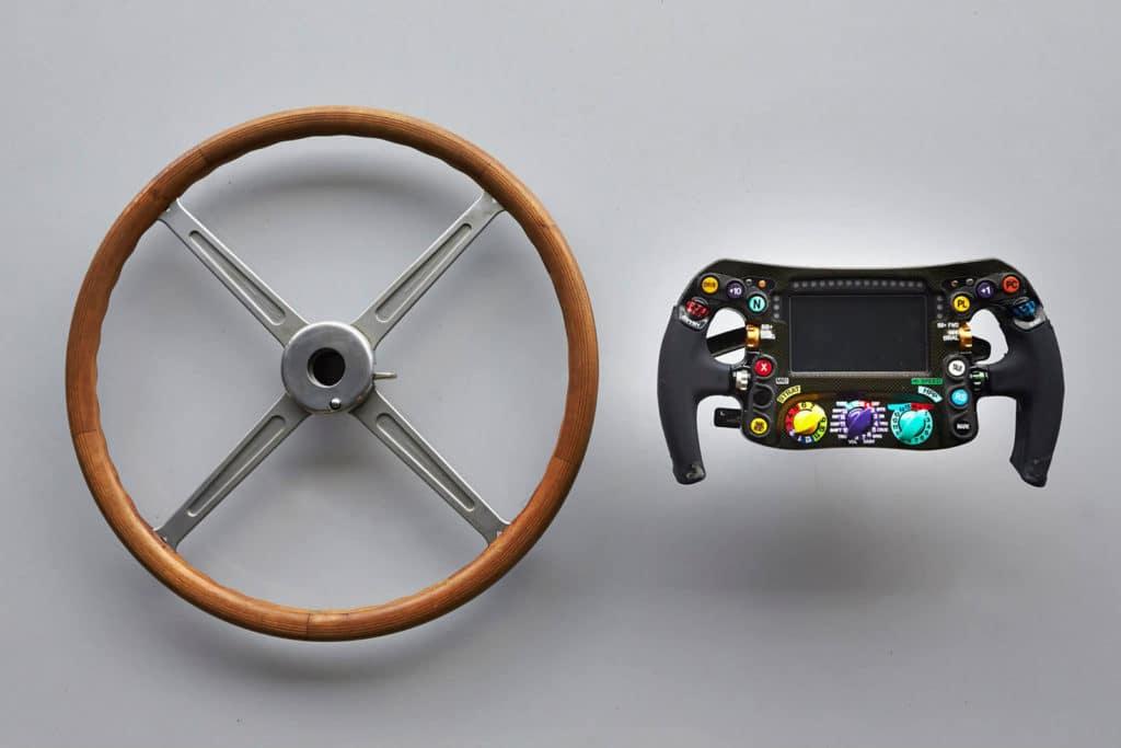 Volantes de uma Mercedes Formula 1 de 1954 e 2014
