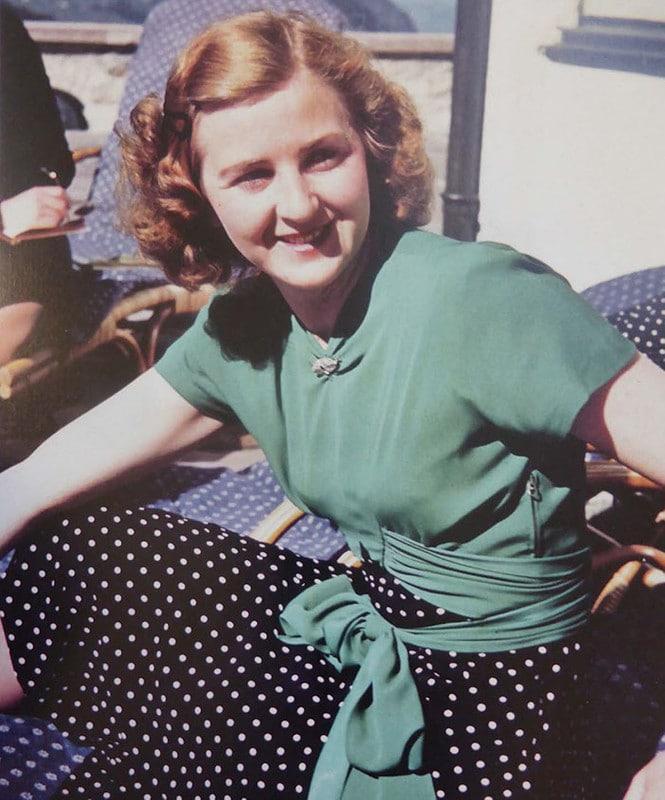 Eva Anna Paula Hitler foi companheira de longa data de Adolf Hitler e, por menos de 40 horas, sua esposa. Às 15:30 do dia 30 de abril de 1945, ambos foram encontrados mortos dentro de um bunker, menos de 40 horas após assinarem os papéis do casamento