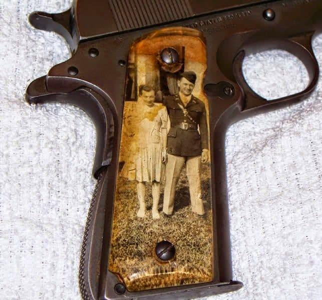 Os militares que lutaram na Segunda Guerra Mundial tinham o hábito de tirar fotos da família e colocá-las em suas pistolas