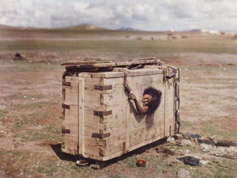 Mulher mongol acusada de adultério condenada à morte por fome, 1913