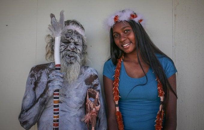 Este orgulhoso aborígine ancião viajou mais de 3 mil km apenas para assistir à formatura de sua neta