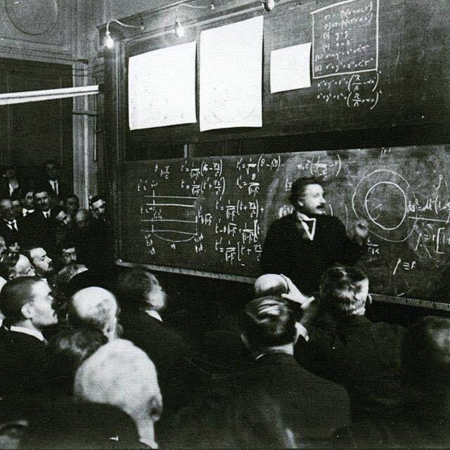 Albert Einstein palestrando sobre a Teoria da Relatividade, em 1922