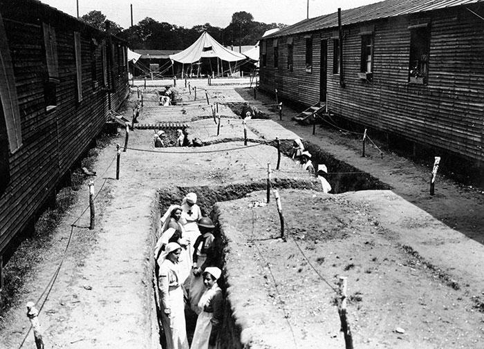 Enfermeiras em suas trincheiras entre as enfermarias do hospital de campanha, França, 1918