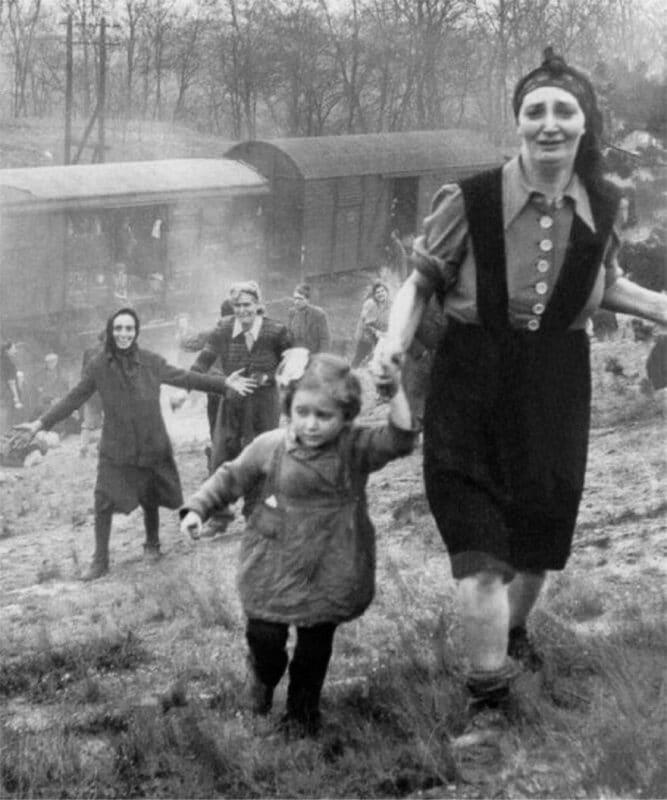 Primeiros judeus após serem libertados de um trem da morte, em 1945
