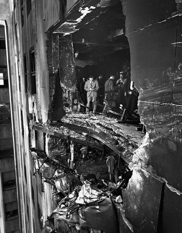 Em 1945, um bombardeiro B-25 se perdeu no nevoeiro e bateu no 79º andar do Empire State Building. 14 pessoas morreram no acidente