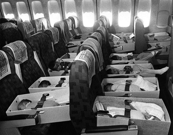 Bebês vietnamitas órfãos de guerra sendo levados Los Angeles, em 1975