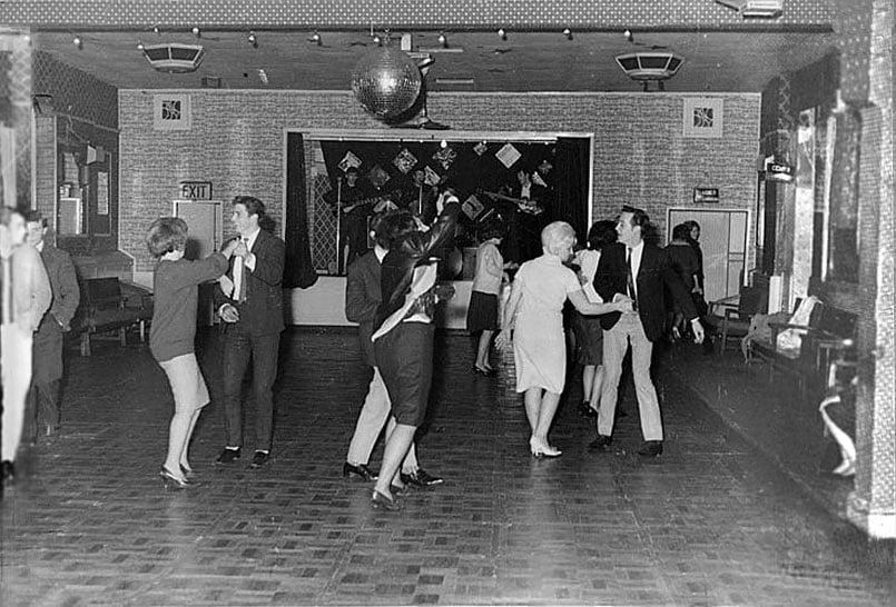 Os Beatles tocando para 18 pessoas no clube Aldershot, em dezembro de 1961. Eles se tornariam estrelas internacionais um ano e meio após essa foto