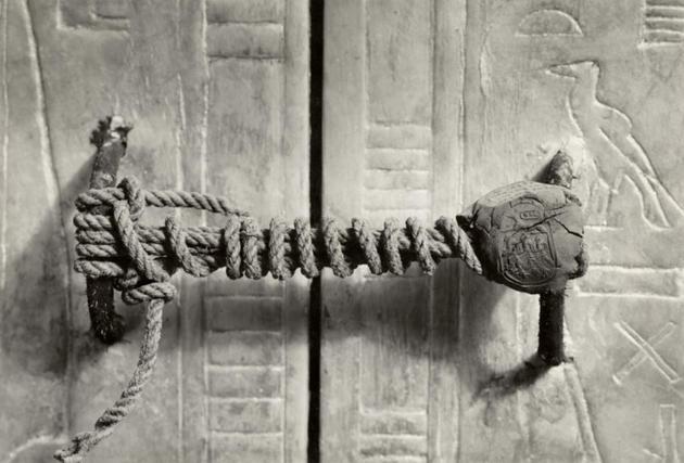 Selo intocado fechando a tumba de Tutankhamon, 1922