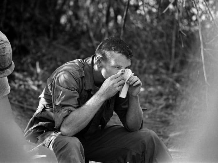 Soldado fareja o perfume deixado por sua namorada num , em Jay, Oklahoma, 12 de abril de 1966