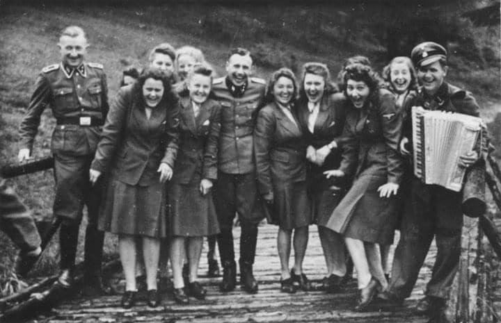 Guardas do campo de extermínio de Aschwitz em dia de folga<