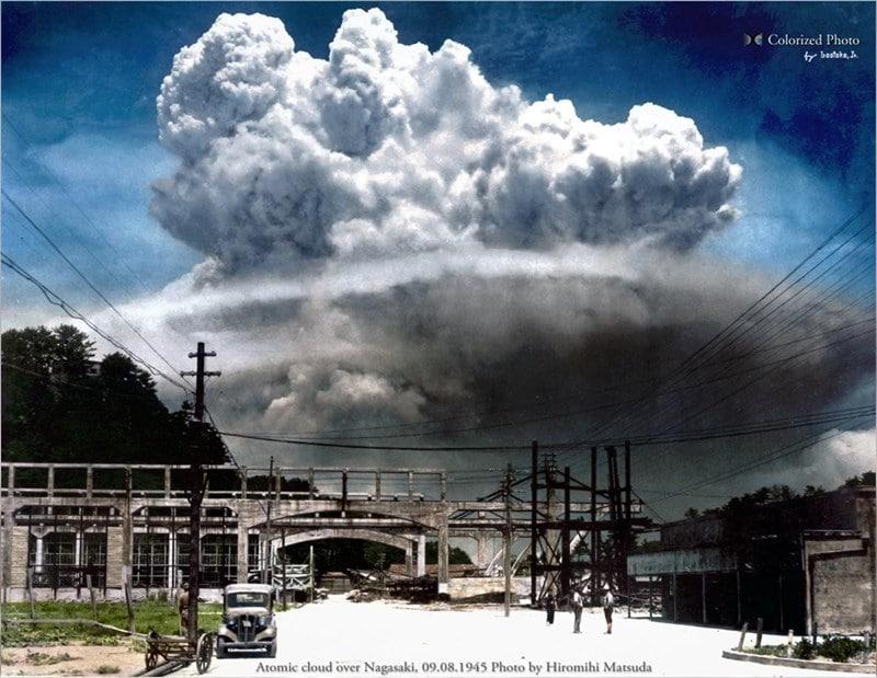Nuvem atômica sobre Nagasaki, 8 de setembro de 1945. Esta foi a primeira fotografia registrada do solo, 15 minutos após a bomba de plutônio ser detonada. A destruição foi tão incrível que até os dias de hoje não se sabe quantas pessoas morreram naquele dia