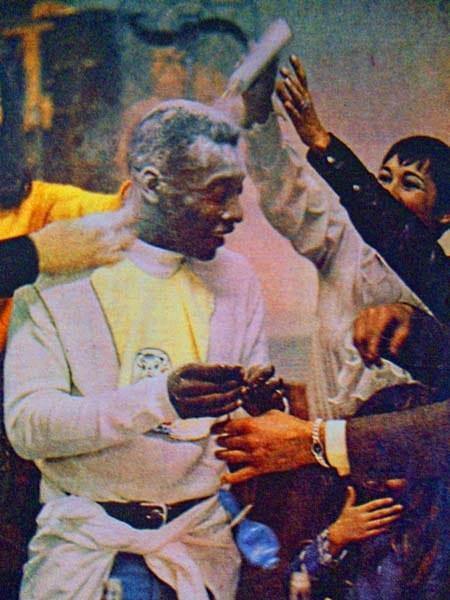 Pelé comemorando o nascimento do filho