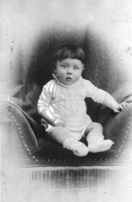 ssa criança com olhar inocente alguns anos depois tornou-se responsável pela morte de milhares de pessoas: Adolf Hitler