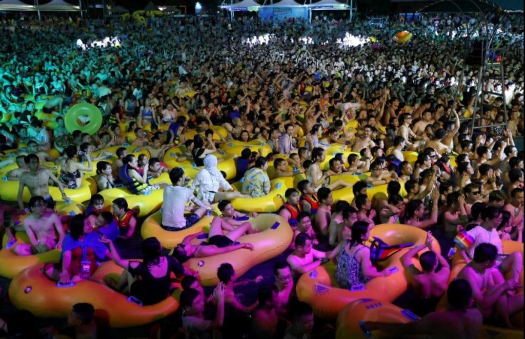 Milhares de pessoas aglomeradas numa piscina do Maya Beach Park, em Wuhan, China, onde foram detectados os primeiros casos de infecção pelo novo coronavírus