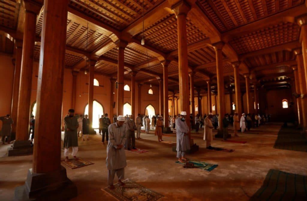 Fiéis rezam enquanto mantém distanciamento social numa mesquita de Jamia Masjid, reaberta na Índia