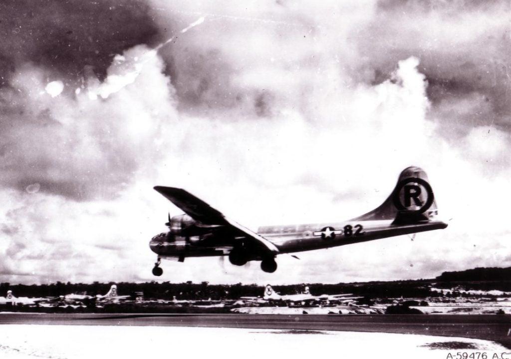 O avião Enola Gay, responsável por lançar a bomba atômica em Hiroshima, após concluir missão