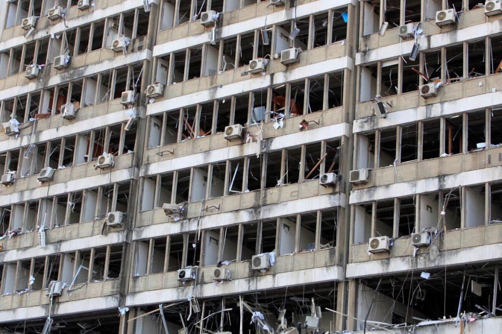 Fachada de edifício localizado próximo ao porto de Beirute, onde armazém explodiu causando mais de 137 mortes