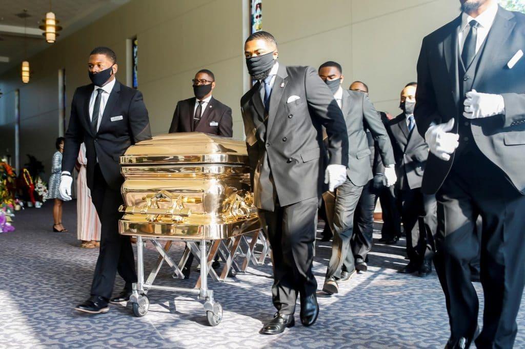 Familiares e amigos de George Floyd durante seu funeral na igreja Fountain of Praise, em Houston, Texas
