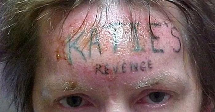 Presidiário cumprindo pena de prisão perpétua por molestar e assassinar uma garota de 10 anos chamada Katie. Os colegas de cela tatuaram à força