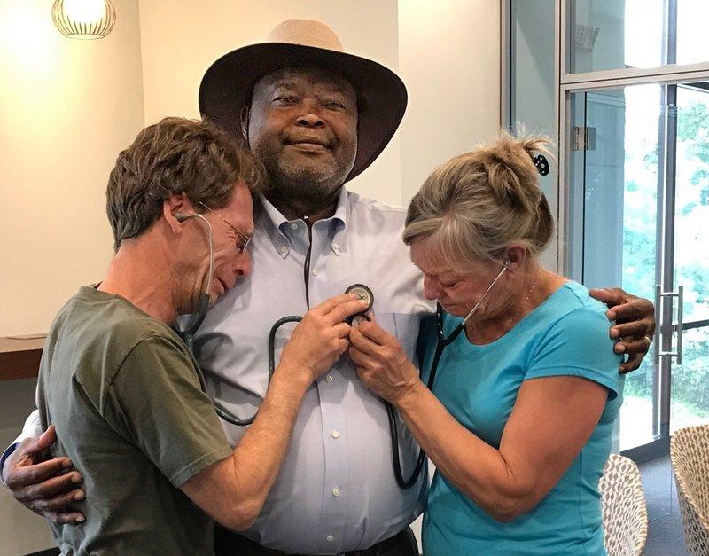 Michael e Barbara Shetterly escutam os batimentos cardíacos do filho transplantado no peito de um homem salvo pelo ato