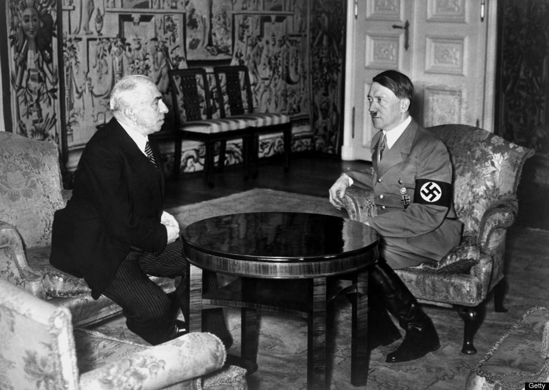 Hitler informa ao presidente tcheco Emil Hácha sobre a iminente invasão alemã em 15 de março de 1939, em Berlim. Hácha sofreu um ataque cardíaco durante a reunião e teve que ser atendido por uma equipe médica, eventualmente cedendo e aceitando os termos de rendição de Hitler