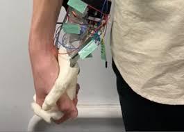 Pesquisadores desenvolvem dispositivo que visa recriar a experiência de segurar a mão de uma garota. O objetivo são os solteiros e solitários