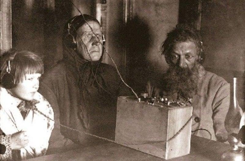 Camponeses soviéticos escutam rádio pela primeira vez, em 1928