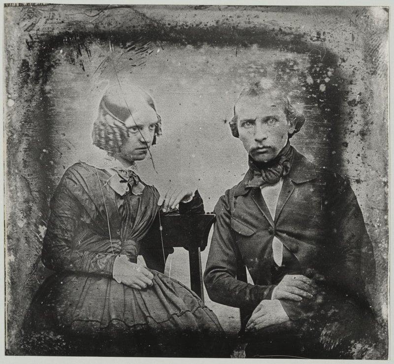 Foto de um casamento de 1850, tirada algumas horas após a morte da noiva. Seus membros foram mantidos na posição por cordas e seus olhos abertos com palitos. Tradição da época