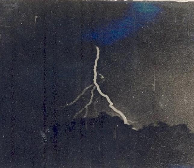 A primeira foto de um raio foi registrada em 1882 por William Jennings. Embora não seja a imagem mais impressionante do poder na natureza, foi certamente um marco para a história da fotografia