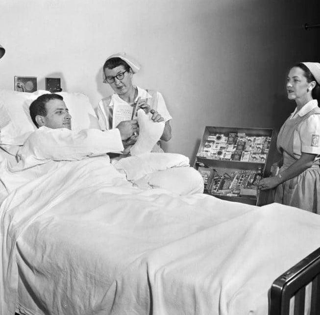 Homem comprando cigarros no hospital. Antigamente isso era possível na década de 1950, nos EUA