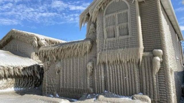 Uma casa às margens do Lago Erie, que foi envolta em gelo resultado do spray do lago que atingiu as casas e congelou, transformando numa grande casa de gelo