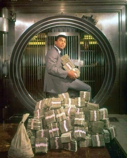 Muhammad Ali posando com o dinheiro ganho durante uma sessão de fotos, em 1964