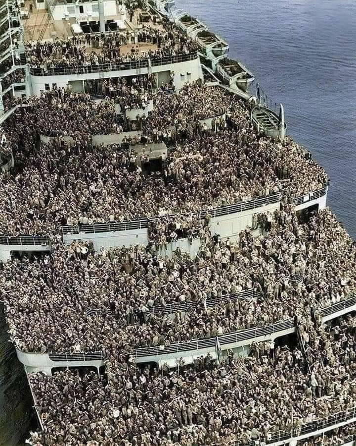 RMS Queen Elizabeth chegando em Nova Iorque com soldados voltando para casa após o fim da Segunda Guerra Mundial