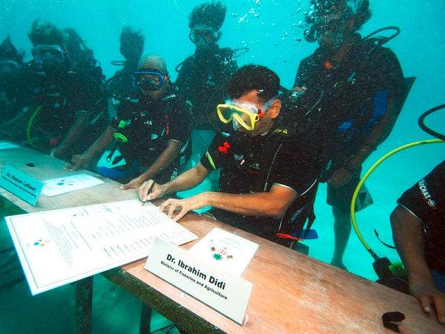 Governo das Maldivas realizou a primeira reunião ministerial subaquática. O encontro, que marcou assinatura de documentos pedindo cortes nas emissões globais de carbono, tinha o objetivo de chamar atenção do mundo sobre as mudanças climáticas que elevam o nível do mar, pondo em risco o país