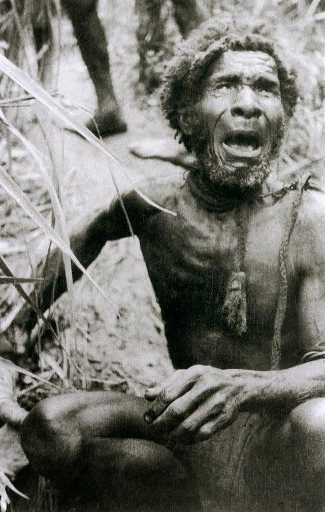 Um homem das Terras altas da Nova Guiné chocado ao ver pessoas brancas pela primeira vez na vida. Antes de 1930, eles pensavam serem as únicas pessoas vivas no mundo