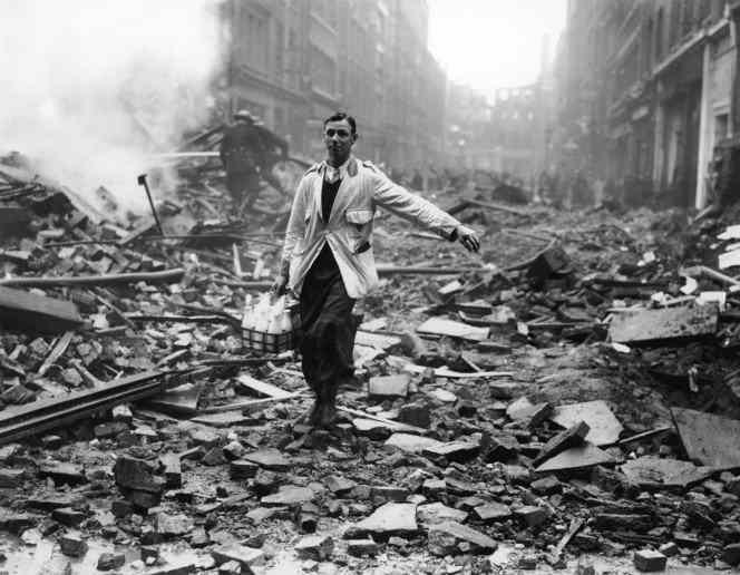 Leiteiro garantindo suas entregas mesmo durante bombardeio alemão sobre Londres, 1940