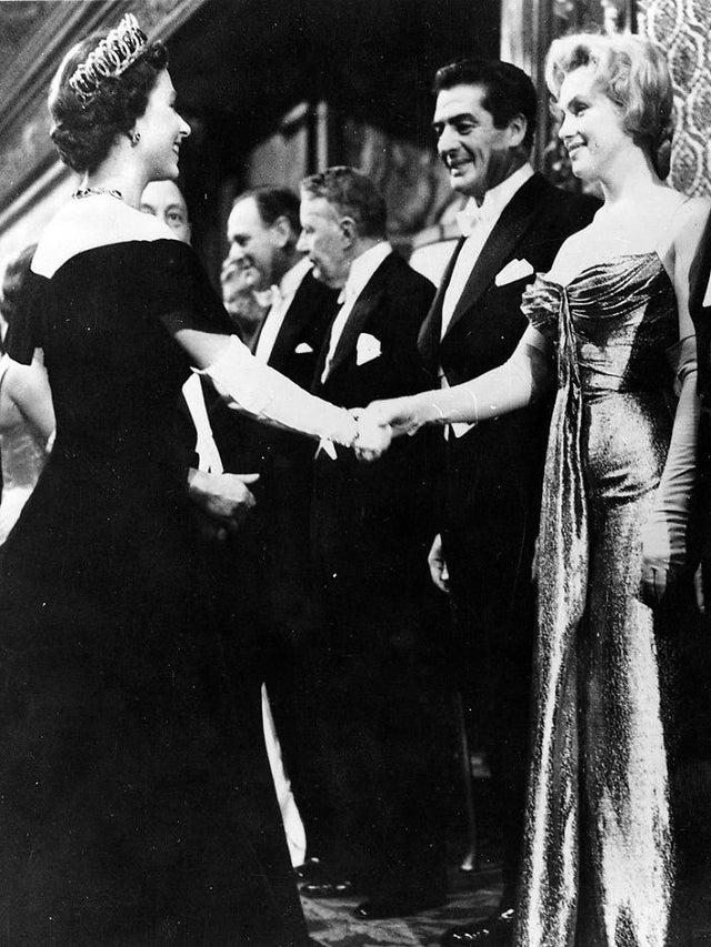 Rainha Elizabeth e Marilym Monroe, quando se encontraram na estreia de um filme em Londres, em 1956, ambas com 30 anos de idade. Elas nasceram no mesmo ano