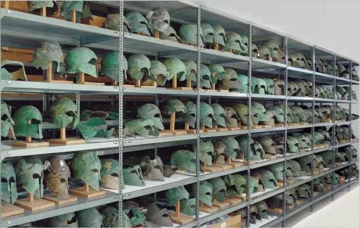 Capacetes gregos que datam 510 aC a 323 aC guardados no depósito do Museu Arqueológico de Olympia, na Grécia