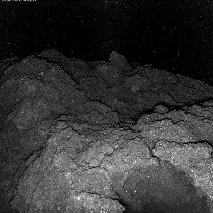 Foto tirada na superfície do asteroide Ryugu. Um robô foi lançado através do foguete japonês H-2A, da missão Hayabusa 2, para explorar o asteroide.