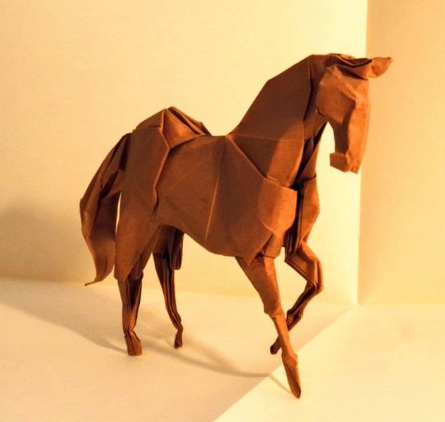 Este origami foi dobrado em um pedaço de papel quadrado, sem cortes ou cola