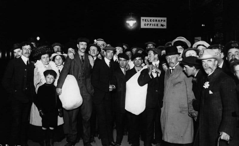 Parentes de sobreviventes do Titanic esperando seus entes queridos em Southampton, 1912